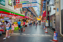 OSAKA, JAPÃO - 18 DE JULHO DE 2017: Povos não identificados que andam no mercado de preços do marisco da compra e da visita de Os Foto de Stock Royalty Free