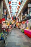 OSAKA, JAPÃO - 18 DE JULHO DE 2017: Povos não identificados que andam no mercado de preços do marisco da compra e da visita de Os Imagem de Stock Royalty Free