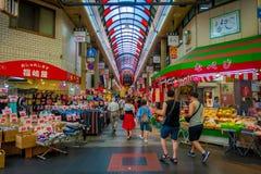 OSAKA, JAPÃO - 18 DE JULHO DE 2017: Povos não identificados que andam no mercado de preços do marisco da compra e da visita de Os Fotos de Stock
