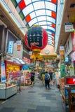 OSAKA, JAPÃO - 18 DE JULHO DE 2017: Povos não identificados que andam no mercado de preços do marisco da compra e da visita de Os Fotos de Stock Royalty Free