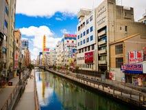OSAKA, JAPÃO - 18 DE JULHO DE 2017: Povos não identificados que andam ao redor do cerco do distrito de Dotonbori do sinal Fotografia de Stock Royalty Free