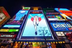Osaka, Japão - 27 de março de 2015: Cena urbana no foco da noite na construção de Gulico, o marco o mais famoso em Osaka Imagens de Stock
