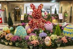 OSAKA, JAPÃO - 29 DE MARÇO DE 2019: Coelho e ovos da páscoa do narciso na passagem subterrânea na estação de metro de Namba em Os fotografia de stock