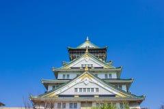 OSAKA, JAPÃO - 14 DE MARÇO DE 2018: O castelo de Osaka durante o tempo da flor de sakura está indo florescer Foto de Stock