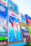 Osaka, Japão - 30 de novembro de 2015: O quadro de avisos de Glico é um ícone de Fotos de Stock Royalty Free