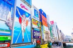 Osaka, Japão - 30 de novembro de 2015: O quadro de avisos de Glico é um ícone de Fotos de Stock
