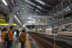 OSAKA, JAPÃO 10 DE NOVEMBRO DE 2018: Os assinantes enfileiram acima a espera imagens de stock