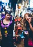 OSAKA, JAPÃO - 31 DE OUTUBRO DE 2015: Rua da compra de Dotonbori em Osa Fotos de Stock