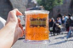 OSAKA, JAPÃO - 24 de outubro de 2017: Mão que guarda de vidro com cerveja da manteiga Fotos de Stock Royalty Free