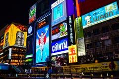 Osaka, Japón - 15 de diciembre de 2016: La opinión el señor Glico y otros enciende la cartelera en la noche del invierno en el ár imagen de archivo