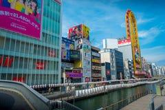 OSAKA, JAPÓN - 18 DE JULIO DE 2017: Gente no identificada que da une vuelta del cerco del distrito de Dotonbori de la muestra Imagen de archivo libre de regalías