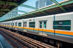 OSAKA, JAPÓN - 18 DE JULIO DE 2017: La gente sube al tren en Osaka Hankyu Umeda Station en Osaka, Japón Está el más ocupado Foto de archivo libre de regalías