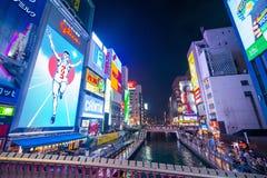 Osaka, Japón - 13 de noviembre de 2017: Cartelera famosa del hombre del glico adentro Imagen de archivo