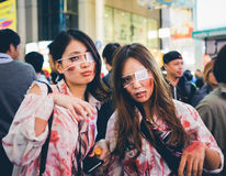 OSAKA, JAPÓN - 31 DE OCTUBRE DE 2015: Calle de las compras de Dotonbori en Osa Foto de archivo