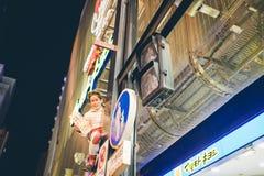 OSAKA, JAPÓN - 31 DE OCTUBRE DE 2015: Calle de las compras de Dotonbori en Osa Fotografía de archivo libre de regalías