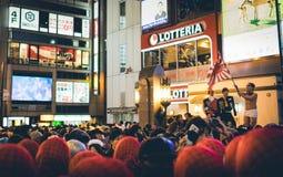 OSAKA, JAPÓN - 31 DE OCTUBRE DE 2015: Calle de las compras de Dotonbori en Osa Imágenes de archivo libres de regalías