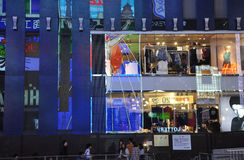 OSAKA, JAPÓN - 23 DE OCTUBRE: La gente visita la calle famosa de Dotonbori Foto de archivo