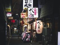 OSAKA JAPAN - APRIL 19, 2017: Restaurangstånggatan shoppar tecknet Osaka Arkivfoto