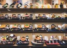 OSAKA JAPAN - APRIL 12, 2017: Skärm för Japan restaurangmat med den Japan för modellmeny gourmet arkivfoto