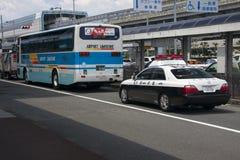 OSAKA, JAPAN - 10 AUGUSTUS: De Bus en de politiewagen van de luchthavenlimousine in O Stock Fotografie