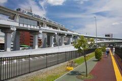 Osaka, Japan - 10 augustus, 2015: De monorail van Osaka dichtbij Osaka Inter Stock Fotografie