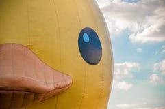 Osaka Japan - 19 de octubre de 2012: Visita de goma gigante Nakanosh del pato Imagenes de archivo