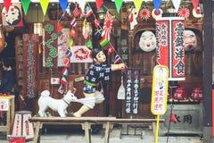 Osaka Japan - Januari 28, 2014: Berömda Okonomiyaki shoppar i Osak arkivbilder