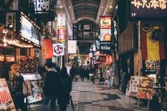 OSAKA JAPAN - Januari 17, 2018: Folk som shoppar på Hankyu Hig Arkivbilder