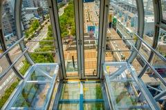 OSAKA JAPAN - JULI 18, 2017: Övre ramförtroende för slut av Tempozan Ferris Wheel i Osaka, Japan Det lokaliseras i Tempozan Arkivfoton