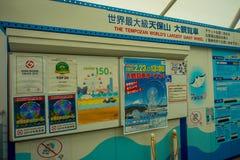 OSAKA JAPAN - JULI 18, 2017: Informativt tecken av Tempozan Ferris Wheel i Osaka, Japan Det lokaliseras i Tempozan Fotografering för Bildbyråer