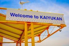 OSAKA JAPAN - JULI 18, 2017: Informativt tecken nära av Tempozan Ferris Wheel i Osaka, Japan Det lokaliseras i Tempozan Royaltyfria Bilder