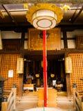 OSAKA, JAPAN - 18. JULI 2017: Kommen Sie von einem Gemischtwarenladen herein, der im dowtown in Osaka gelegen ist Lizenzfreies Stockbild