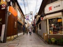 OSAKA JAPAN - JULI 02, 2017: Oidentifierat folk som nära går av dowtown av staden av Osaka Arkivfoto