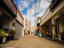 OSAKA JAPAN - JULI 02, 2017: Oidentifierat folk som nära går av dowtown av staden av Osaka Arkivbild