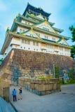 OSAKA JAPAN - JULI 18, 2017: Osaka Castle i Osaka, Japan Slotten är en av Japan ` s mest berömda gränsmärken royaltyfri foto