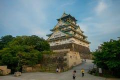 OSAKA JAPAN - JULI 18, 2017: Osaka Castle i Osaka, Japan Slotten är en av Japan ` s mest berömda gränsmärken arkivfoton
