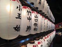 Osaka Japan Juli 2018 vitlykta med den japanska bokstaven på natten Arkivbild