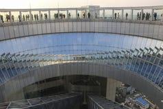 OSAKA, JAPAN - 29. MÄRZ 2019: Touristen auf Aussichtsplattform des Umeda-Himmel-Gebäudes, Osaka, Japan lizenzfreies stockbild