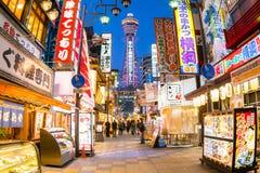 Osaka Japan - Maart 20, 2015: De Tsutenkakutoren is een beroemd oriëntatiepunt van Osaka, Japan en adverteert Hitachi Royalty-vrije Stock Foto