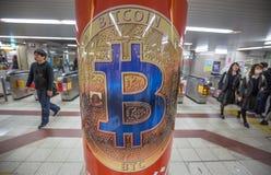 Osaka Japan - mars 31, 2018: Annonsering för bitcoin i en japansk gångtunnelstation arkivbild