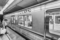 OSAKA, JAPAN - MEI 28: Trein in Osaka Station op 28 Mei, 2016 binnen Stock Fotografie