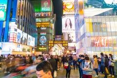 OSAKA JAPAN - NOVEMBER 19 2016: Grupp av folket som går till shopp Fotografering för Bildbyråer