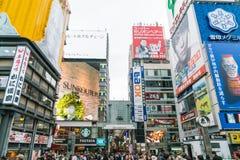 OSAKA JAPAN - NOVEMBER 19 2016: Grupp av folket som går till shopp Arkivfoto