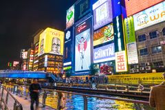 OSAKA JAPAN - NOVEMBER 19 2016: Grupp av folket som går till shopp Royaltyfria Foton