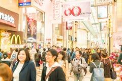 OSAKA JAPAN - NOVEMBER 19 2016: Grupp av folket som går till shopp Royaltyfri Fotografi