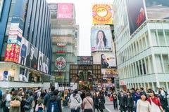OSAKA JAPAN - NOVEMBER 19 2016: Grupp av folket som går till shopp Royaltyfria Bilder