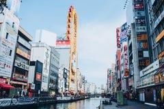 Osaka Japan-November 20, 2018: Shoppinggatan av Dotonbori är en av den mest berömda gränsmärket royaltyfria foton