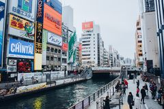 Osaka Japan-November 20, 2018: Shoppinggatan av Dotonbori är en av den mest berömda gränsmärket arkivfoto