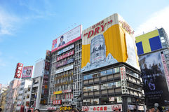 OSAKA, JAPAN - OCT 23: De mensen bezoeken beroemde Dotonbori-straat Stock Fotografie