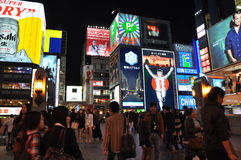 OSAKA, JAPAN - OCT 23: De mensen bezoeken beroemde Dotonbori-straat Royalty-vrije Stock Foto